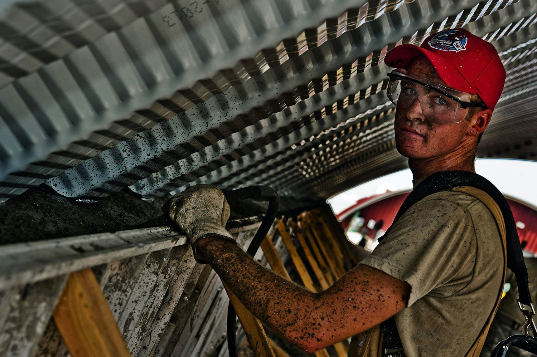 construction-worker-concrete-hummer-vibrator-38600